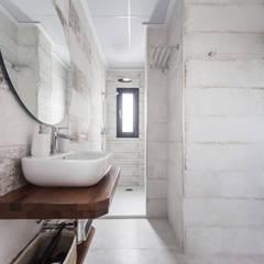 Blanca y moderna casa rural: Baños de estilo  de Tilaq Estudio