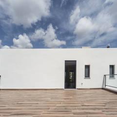 Blanca y moderna casa rural: Terrazas de estilo  de Tilaq Estudio