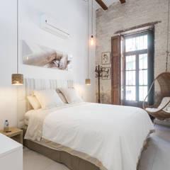 Casa de alquiler vacacional en El Cabanyal, Valencia: Dormitorios de estilo  de Tilaq Estudio