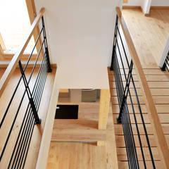 Nos ouvrages de serrurerie: escaliers, garde-corps, crédence,...: Escalier de style  par Empreinte Constructions bois