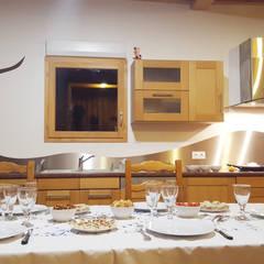 Nos ouvrages de serrurerie: escaliers, garde-corps, crédence,...: Éléments de cuisine de style  par Empreinte Constructions bois,