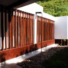Fachada pasillo de habitaciones: Pasillos y vestíbulos de estilo  por EVA Arquitectos SAS