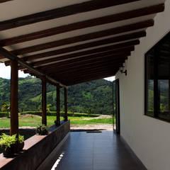 Finca Las Marías - Sasaima: Terrazas de estilo  por EVA Arquitectos SAS, Rural