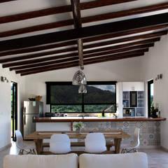 Finca Las Marías - Sasaima: Salas de estilo  por EVA Arquitectos SAS, Rústico