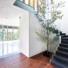 Casa Puerta del Bosque: Escaleras de estilo  por archbauen,