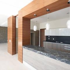 Casa Puerta del Bosque: Cocinas de estilo  por archbauen