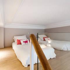 Appartement 95 m2 à Paris: Chambre d'enfant de style  par Catalina Castro Blanchet