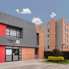 conjunto edificios: Hoteles de estilo  por Fotografía Oscar Martínez Celis