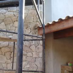 Revestimento em lareira com pedra: Paredes  por Atrium Vale Pedras e Projetos