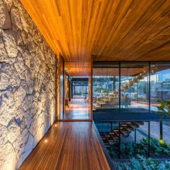 Revestimento de pedra : Paredes  por Atrium Vale Pedras e Projetos