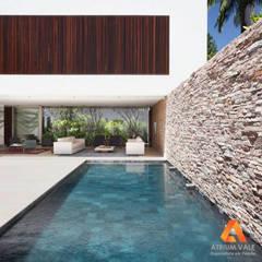 Revestimento com pedra: Piscinas de jardim  por Atrium Vale Pedras e Projetos