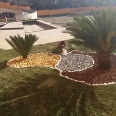Front garden by VIVERO LA FLOR DE MORELOS,