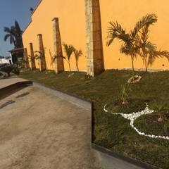Front yard by VIVERO LA FLOR DE MORELOS, Classic