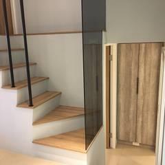 Escaleras de estilo  por 捷士空間設計(省錢裝潢)