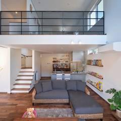 桜の似合う家: 空間工房株式会社が手掛けたリビングです。