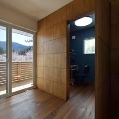 桜の似合う家: 空間工房株式会社が手掛けた書斎です。