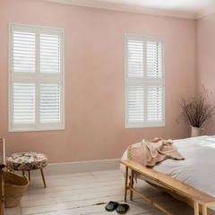 Dormitorios pequeños de estilo  por Plantation Shutters Ltd , Escandinavo Tablero DM