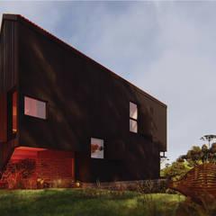 CASA SAMAMBAIA: Chalés e casas de madeira  por Franthesco Spautz Arquitetura