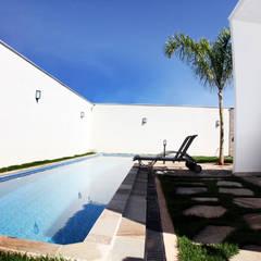 Casa MA: Piscinas de jardim  por Lara Arquitetura