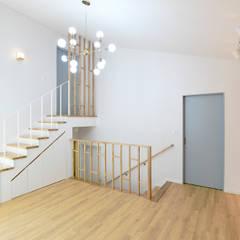 Media room by 플라잉건축사사무소(FLYING Architecture)