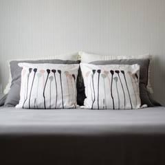 Vivienda RyB: Dormitorios pequeños de estilo  de UVE laboratorio de diseño