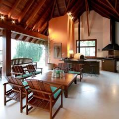 Mái hiên by Delmondes Arquitetura e Interiores