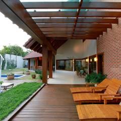 Balcony by Delmondes Arquitetura e Interiores