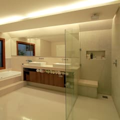 Residência E & A: Banheiros  por Delmondes Arquitetura e Interiores
