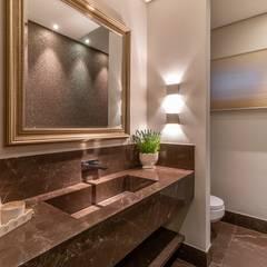 Residência C & R Banheiros clássicos por Delmondes Arquitetura e Interiores Clássico