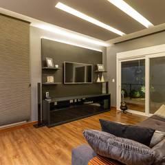 Salas multimedias de estilo  por Delmondes Arquitetura e Interiores