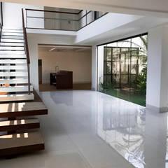Luz Natural: Escadas  por PGM Arquitetura e Contrução