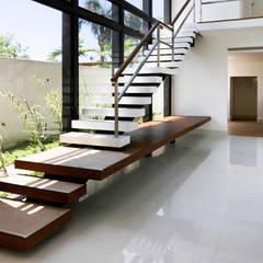 Stairs by PGM Arquitetura e Contrução, Modern