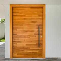 Doors by PGM Arquitetura e Contrução