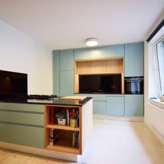 Küche in grünblau:  Küche von Inter-raum Innenarchitektur