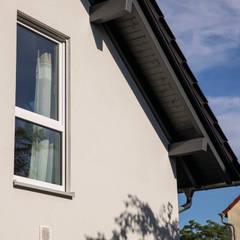 Techos a dos aguas de estilo  por FingerHaus GmbH - Bauunternehmen in Frankenberg (Eder)