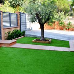 Front garden by SATIVA jardiners,