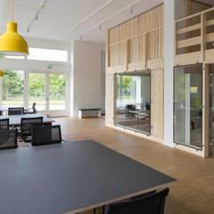 Edificios de Oficinas de estilo  por _WERKSTATT FÜR UNBESCHAFFBARES - Innenarchitektur aus Berlin