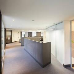 Oficinas Advent International: Estudios y despachos de estilo  por Sentido Interior Arquitectos