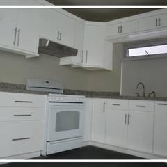 Conjunto Casas LV: Muebles de cocinas de estilo  por Torres Arquitectos Proyecto y Construcción, Moderno Madera Acabado en madera