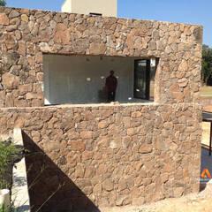 Revestimento com pedra moledo natural Paredes e pisos rústicos por Atrium Vale Pedras e Projetos Rústico Pedra