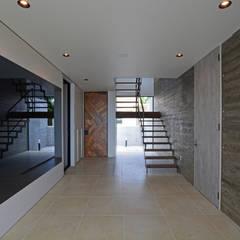 きたなかのいえ: 久友設計株式会社が手掛けた廊下 & 玄関です。