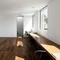 057鎌倉Mさんの家: atelier137 ARCHITECTURAL DESIGN OFFICEが手掛けた子供部屋です。,モダン 無垢材 多色