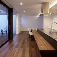 مطبخ تنفيذ atelier137 ARCHITECTURAL DESIGN OFFICE , حداثي خشب نقي  Multicolored