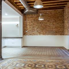 Rehabilitación de finca de 1.880 en Barcelona: Salones de estilo  de Xmas Arquitectura e Interiorismo para reformas y nueva construcción en Barcelona