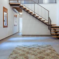 Escaleras de estilo  por Xmas Arquitectura e Interiorismo para reformas y nueva construcción en Barcelona