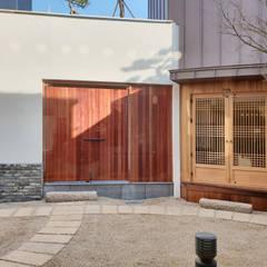Jardines en la fachada de estilo  por 성종합건축사사무소