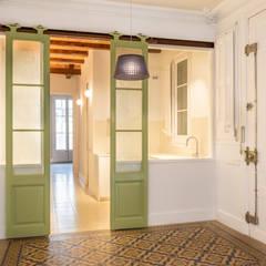 Rehabilitación de vivienda en edificio antiguo de Barcelona: Cocinas de estilo  de Xmas Arquitectura e Interiorismo para reformas y nueva construcción en Barcelona