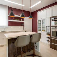 Rusticidade funcional: projeto de interiores para amantes da região serrana: Cozinhas pequenas  por Espaço do Traço arquitetura