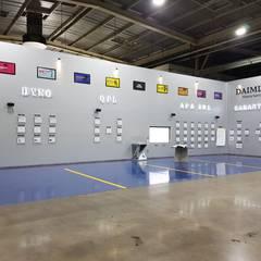 Centros de exhibiciones de estilo  por Aufsten