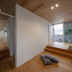 目黒の住宅/House in Meguro: hm+architects 一級建築士事務所が手掛けた子供部屋です。,モダン